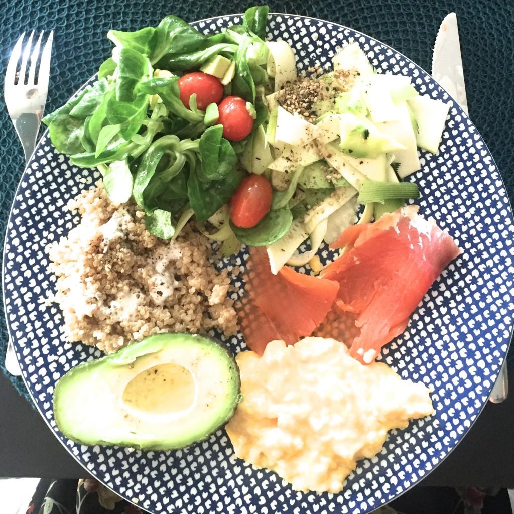 repas simple et sain Quinoa bio, crème de soja, avocat, saumon, oeufs brouillés et cougettes cuites au citron