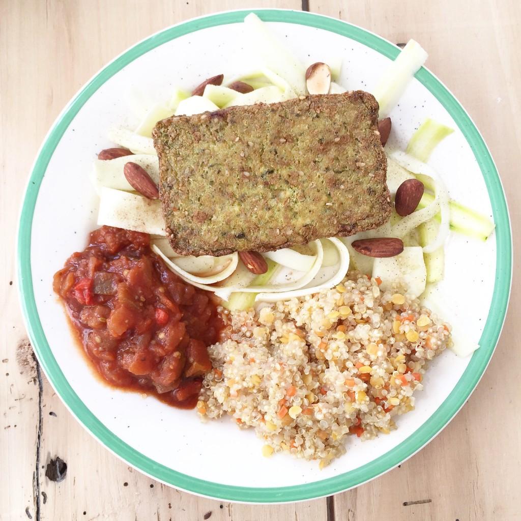 Mélange bio quinoa et lentilles de corail, courgettes cuites au citron, curry d'aubergines, tofu à l'ail d'ours et amandes grillées