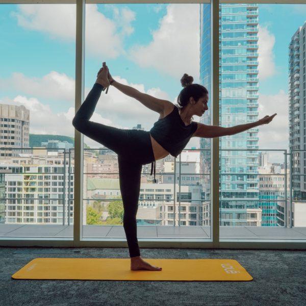 Cours de Yoga sur le rooftop du Monville Voyage bien-être à Montréal46